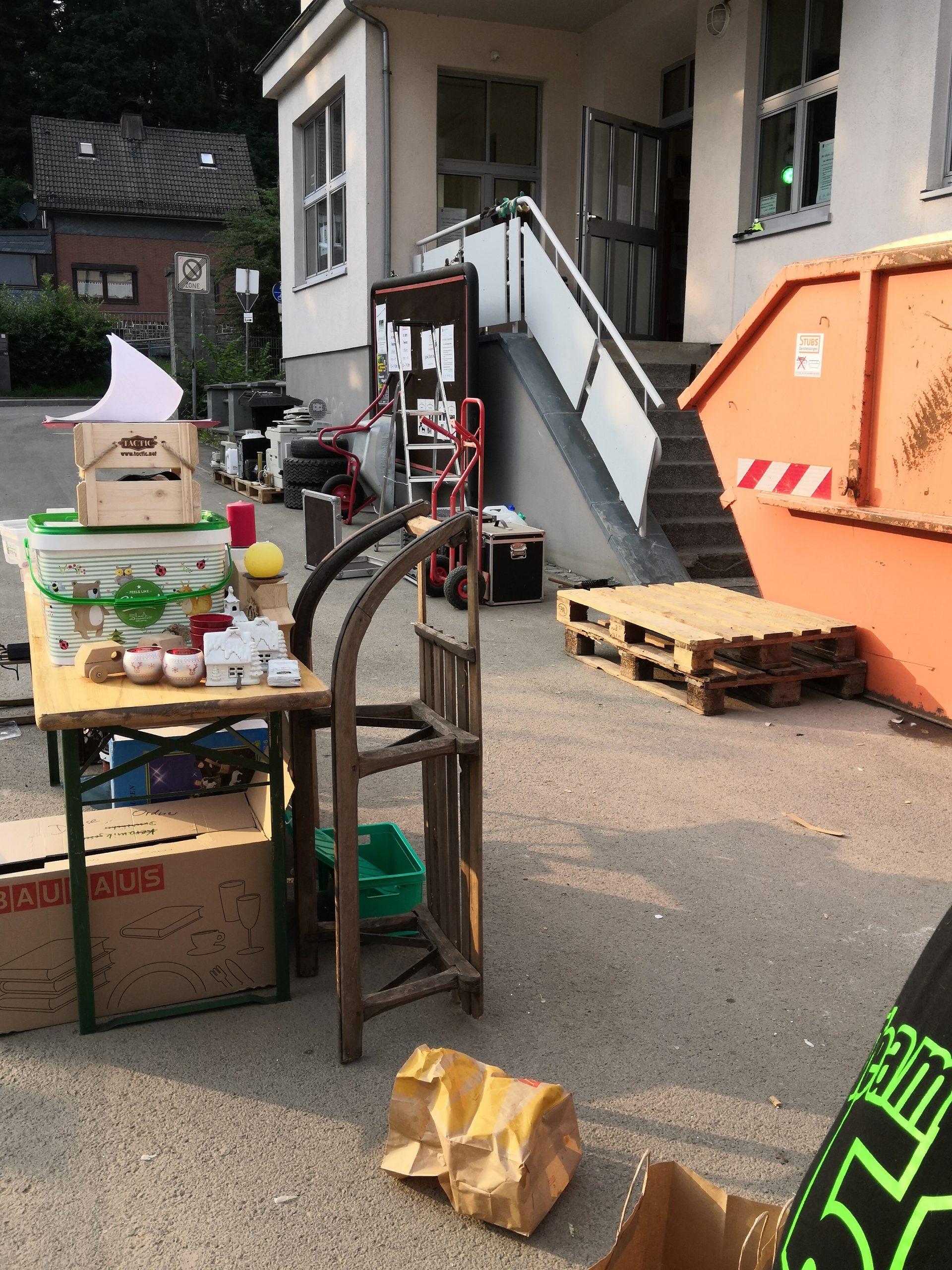 Container und Material vor der Tür